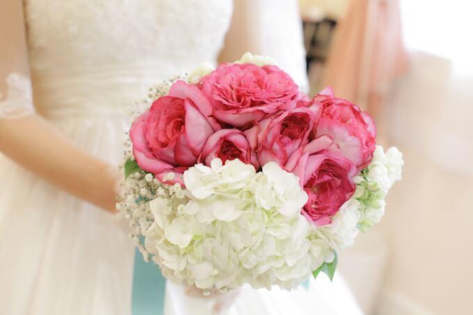 ウェディングドレスで花を持つ女性