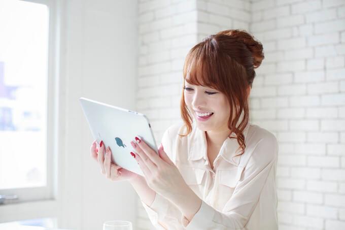 タブレットで電報を注文する女性