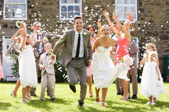 結婚式をお祝いする人たち
