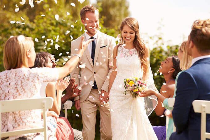 結婚式を挙げる幸せなカップル